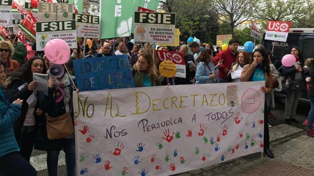 La protesta del sector de las guarderías ante la delegación de Educación en Sevilla