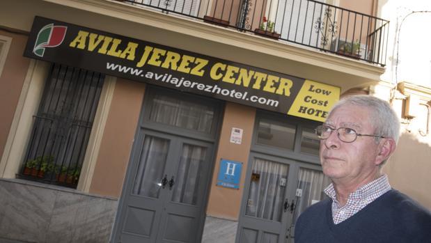 Francisco Pacheco posa frente al hotel que regentó su padre en Jerez y que ha sido subastado