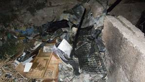 Restos carbonizados en la puerta de la cueva de Almería