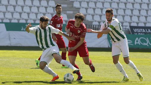 Jordi Ortega y José Antonio González pelean la pelota
