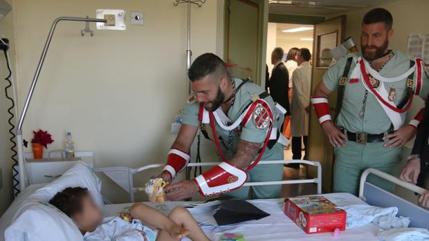 El consejero de Salud ha defendido la visita de los Caballeros legionarios a los niños enfermos del Materno-Infantil