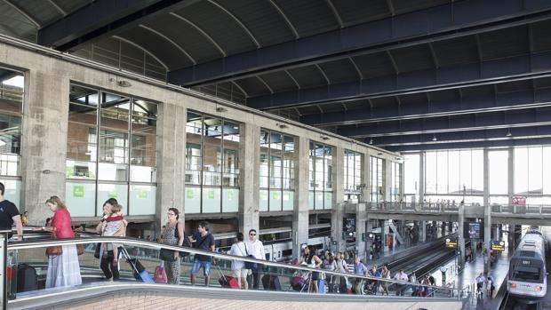Viajeros suben por las escaleras del andén en la estación de Córdoba