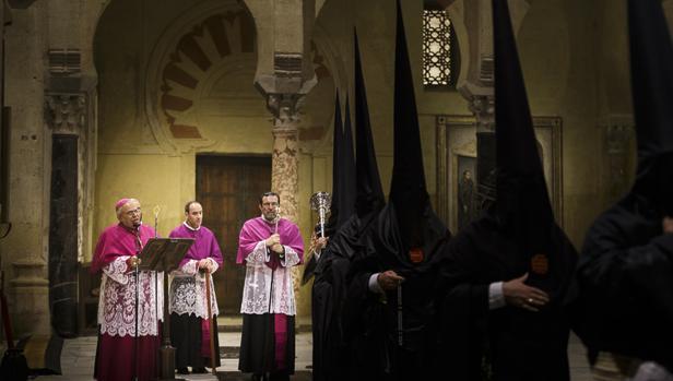 El obispo ante nazarenos de la Virgen del Desconsuelo del Santo Sepulcro