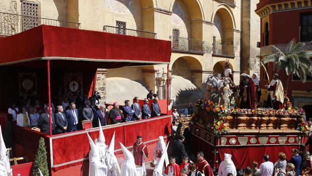 Emilio Aumente, en el palco junto al obispo al llegar el paso de la Borriquita