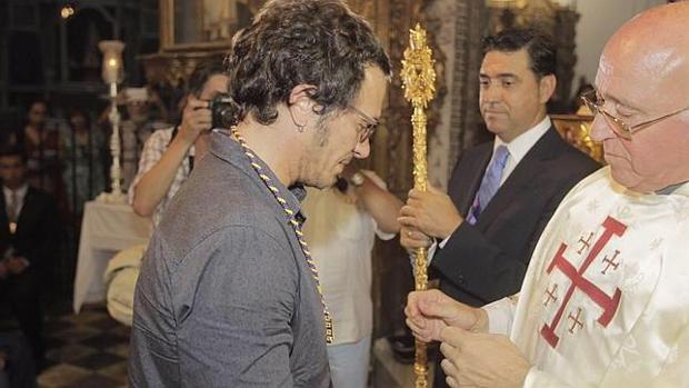 El alcalde de Cádiz recibe la medalla de hermano del Nazareno, como es tradición en esta ciudad