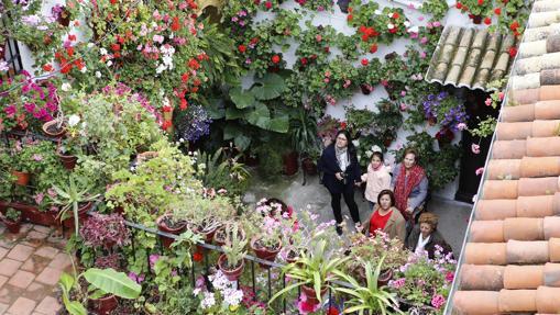 Visitantes en un patio de San Basilio.