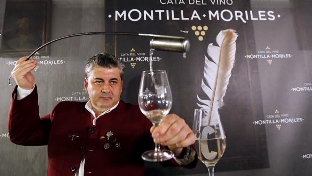 Un venenciador trasegando un vino.