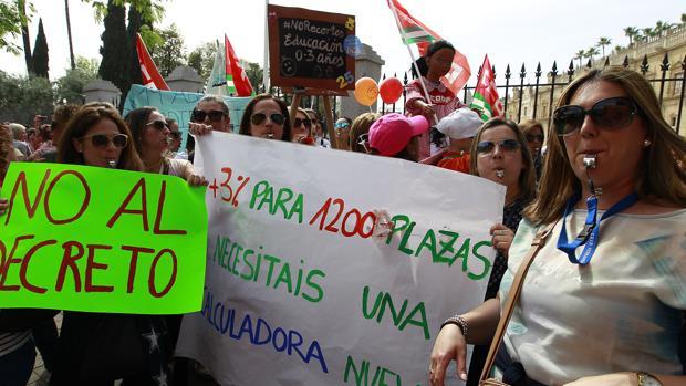Protestas de las guarderías a las puertas del Parlamento de Andalucía