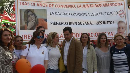 Juanma Moreno y otros dirigentes el PP-A, apoyando a las guarderías
