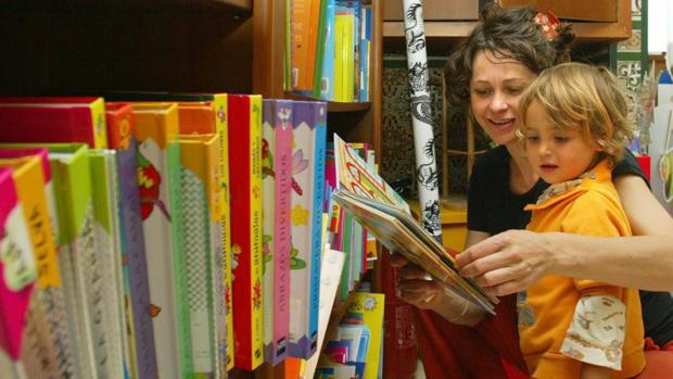 Una madre y su hijo observan cuentos en una librería