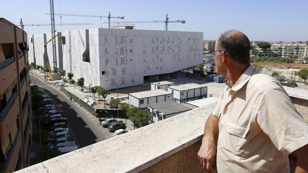 Un vecino observa una zona de aparcamiento junto a la Ciudad de la Justicia
