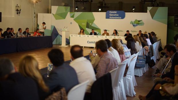 Juanma Moreno evita las zonas de conflicto del Partido Popular de Andalucía