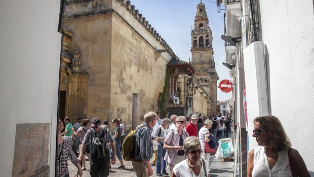 Turistas en el entorno de la Mezquita-Catedral durante la pasada Semana Santa.