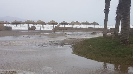 Efectos del temporal en una playa de Málaga