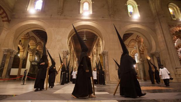 Nazarenos del Nazareno en el interior de la Catedral