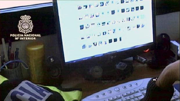 Un policía investiga el ordenador de un detenido