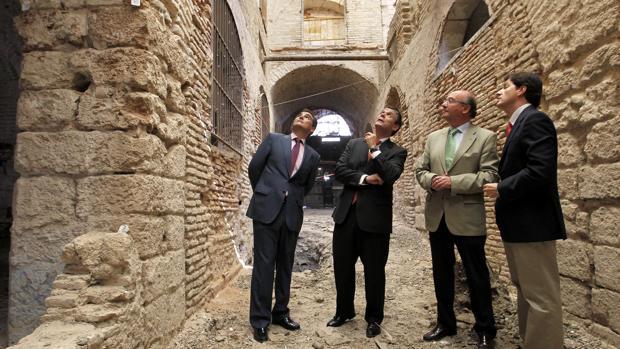 González, segundo por la izquierda, en una visita al Pósito