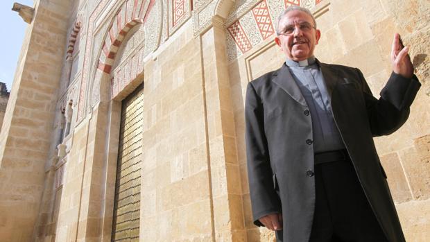 Pérez Moya, en el exterior de la Catedral.