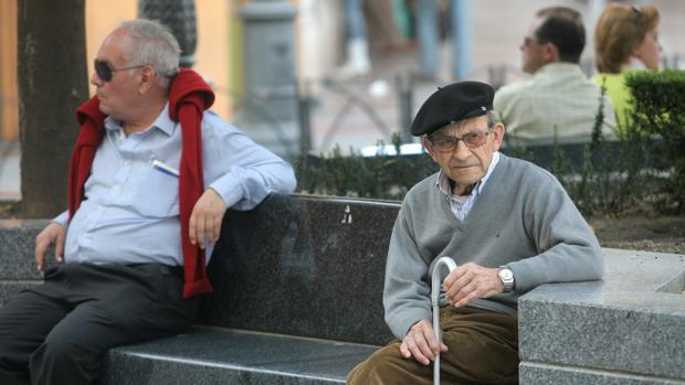 Un anciano en una plaza de la ciudad