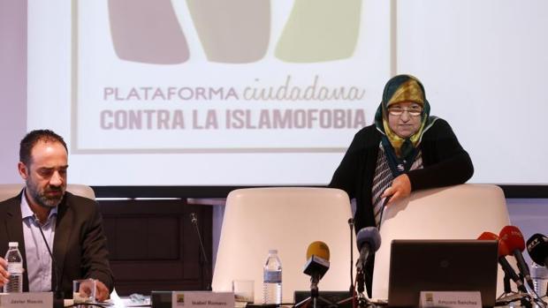 La presidenta de la Plataforma Ciudadana contra la Islamofobia, Amparo Sánchez, junto a Javier Rosón