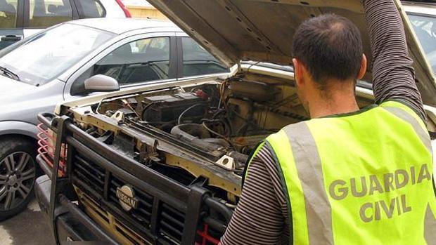 Un agente de la Guardia Civil revisa el motor de un coche