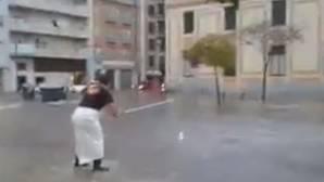 Un hombre «pescando» frente al mercado de Huelva