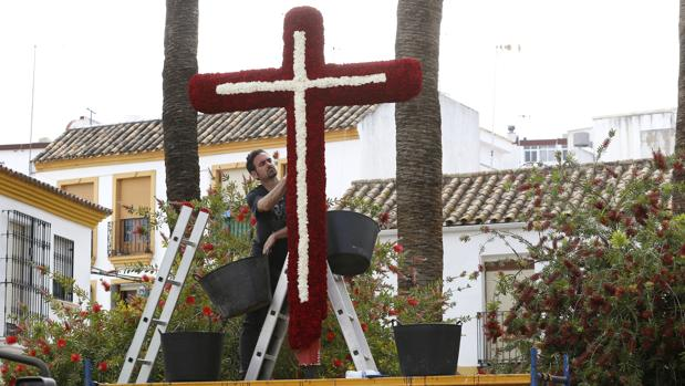 Preparativos de la Cruz de Mayo de la hermandad de la Soledad