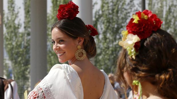 Dos jóvenes vestidas de flamencas como las que se verán en la Feria de Córdoba 2017