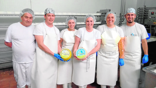 El equipo de Productos Lácteos Artesanales con los quesos premiados