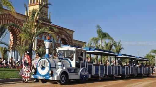 Tren neumático junto a la portada de la Feria de Córdoba