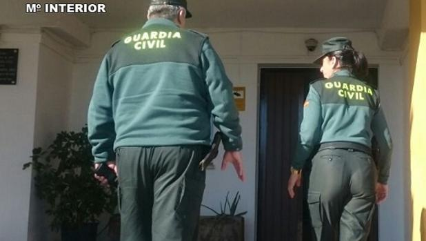 Dos agentes de la Guardia Civil en Lepe