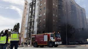 Desalojan a los vecinos por la azotea en un aparatoso incendio en Huelva