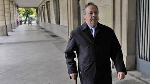 Tomás Pérez-Sauquillo, camino de los juzgados de Sevilla en abril de 2014