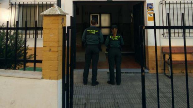 Dos agentes de la Guardia Civil en Isla Cristina