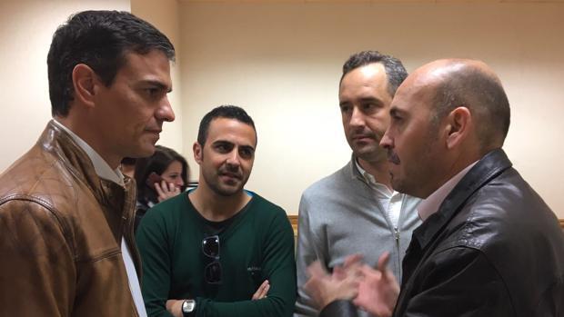 El alcalde de Cártama, Jorge Gallardo (derecha) junto con colaboradores en un encuentro con Sánchez