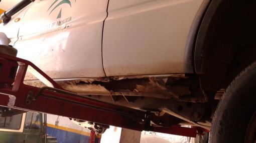 Carrocería oxidada y rota en uno de los coches