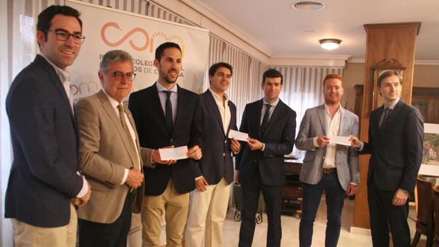 Los tres médicos galardonados, junto a representantes del Colegio de Médicos y del Banco Sabadell