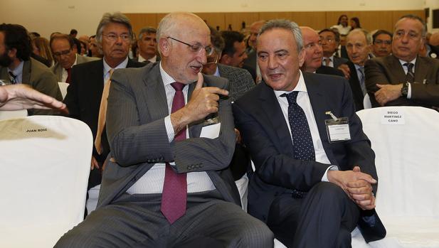 El presidente de Mercadona Juan Roig (i), junto al presidente del Grupo Cosentino, Francisco Martínez Cosentino