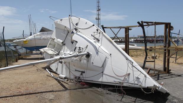 Un barco arrastrado por el viento en El Rompido