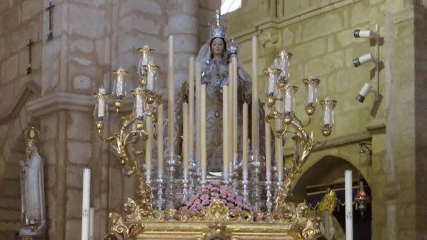 La Virgen de los Remedios, preparada para su salida procesional