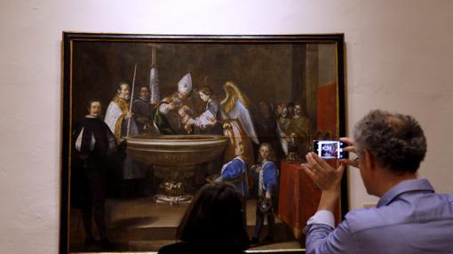 Un visitante contempla y fotografía un cuadro en el Bellas Artes