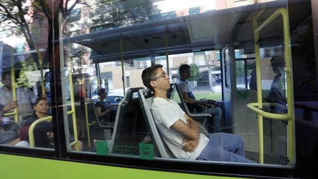 Viajeros en un autobús de Aucorsa