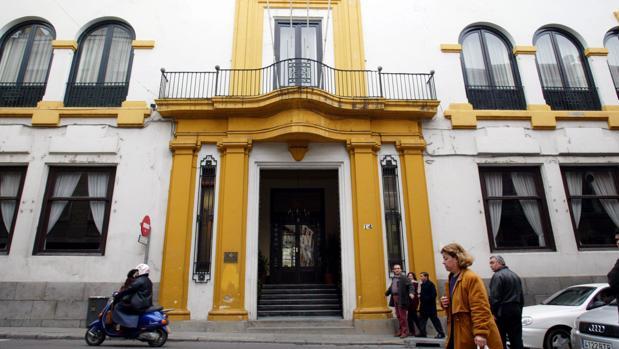 Fachada del Círculo de la Amistad en la calle Alfonso XIII