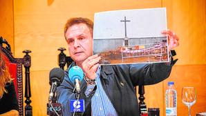 El alcalde de Dos Torres muestra la restauración de la cruz