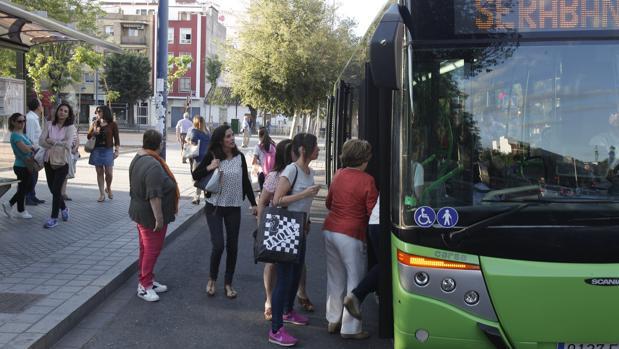Usuarios de Aucorsa toman el autobús