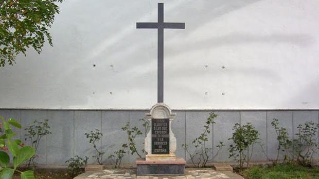 Cruz de los Caídos de Dos Torres, junto a la iglesia de la Asunción
