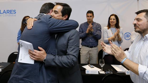 Adolfo Molina abraza a José Antonio Nieto en una reunión ejecutiva del PP