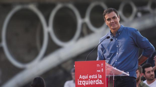Pedro Sánchez con el puente de Triana al fondo