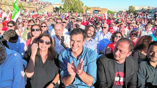 Pedro Sánchez con sus partidarios en el muelle de la Sal