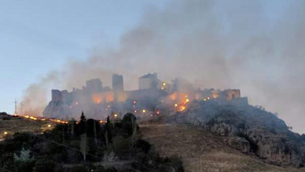 Imagen del incendio que se ha producid a los pies del castillo de Carcabuey